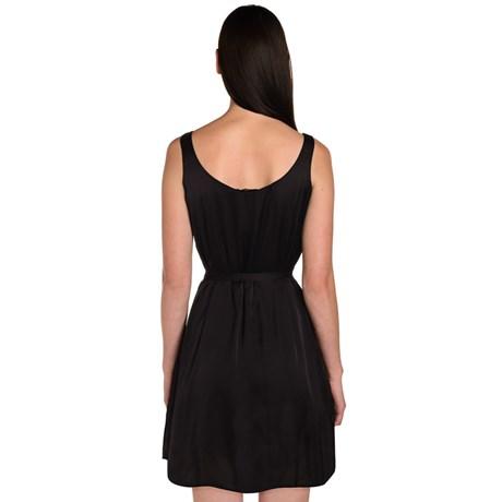 Vestido de cetim curto com cinto